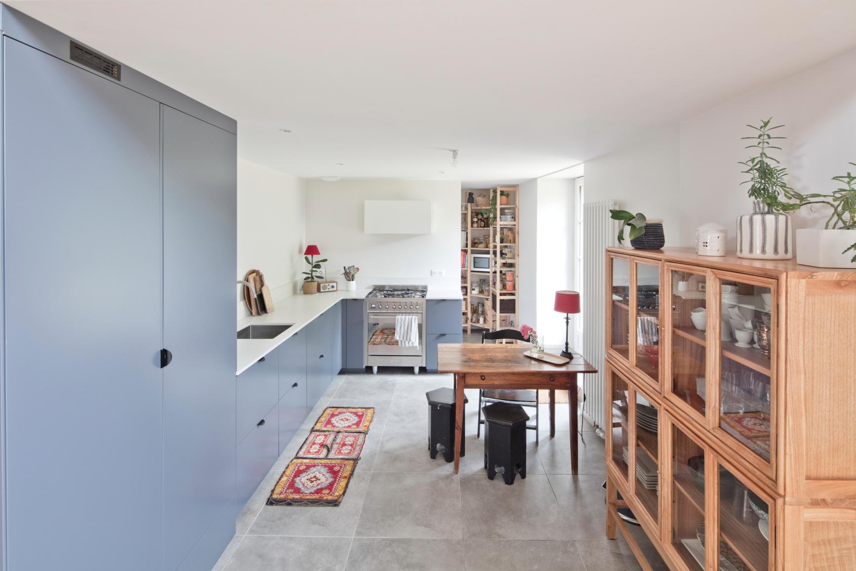 rénovation d'une maison à Nantes, vue de la cuisine avec du carrelage grande taille imitation béton