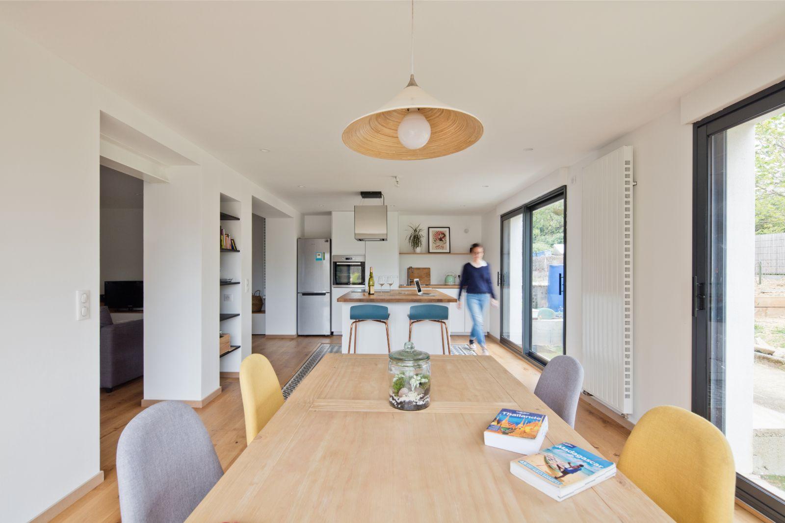 Archibien projet rénovation de maison à Nantes. Grand salon aménagé lumineux donnant sur la cuisine et la salle à manger.