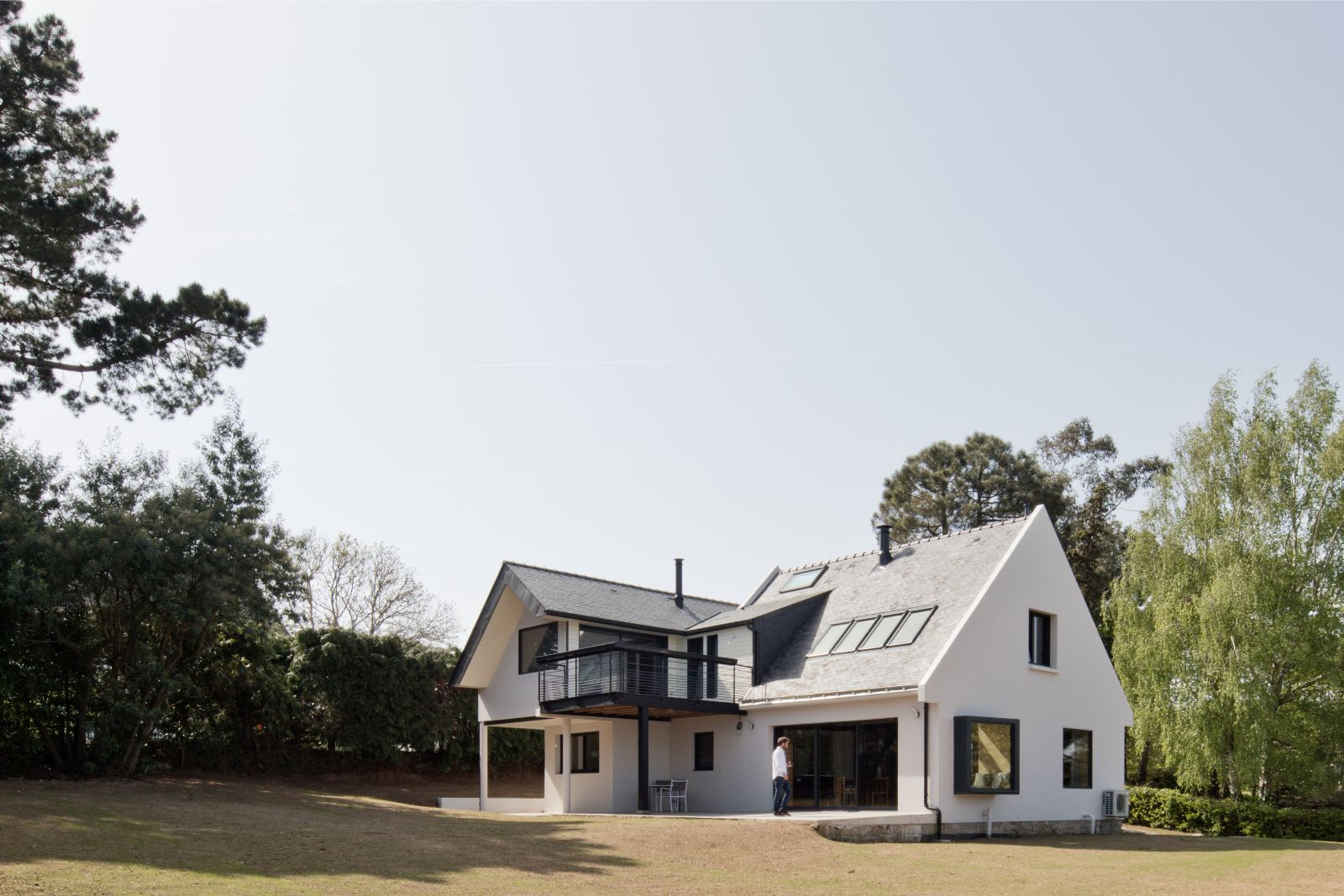 Belle rénovation d'un pavillon de lotissement en une résidence contemporaine avec vue sur mer