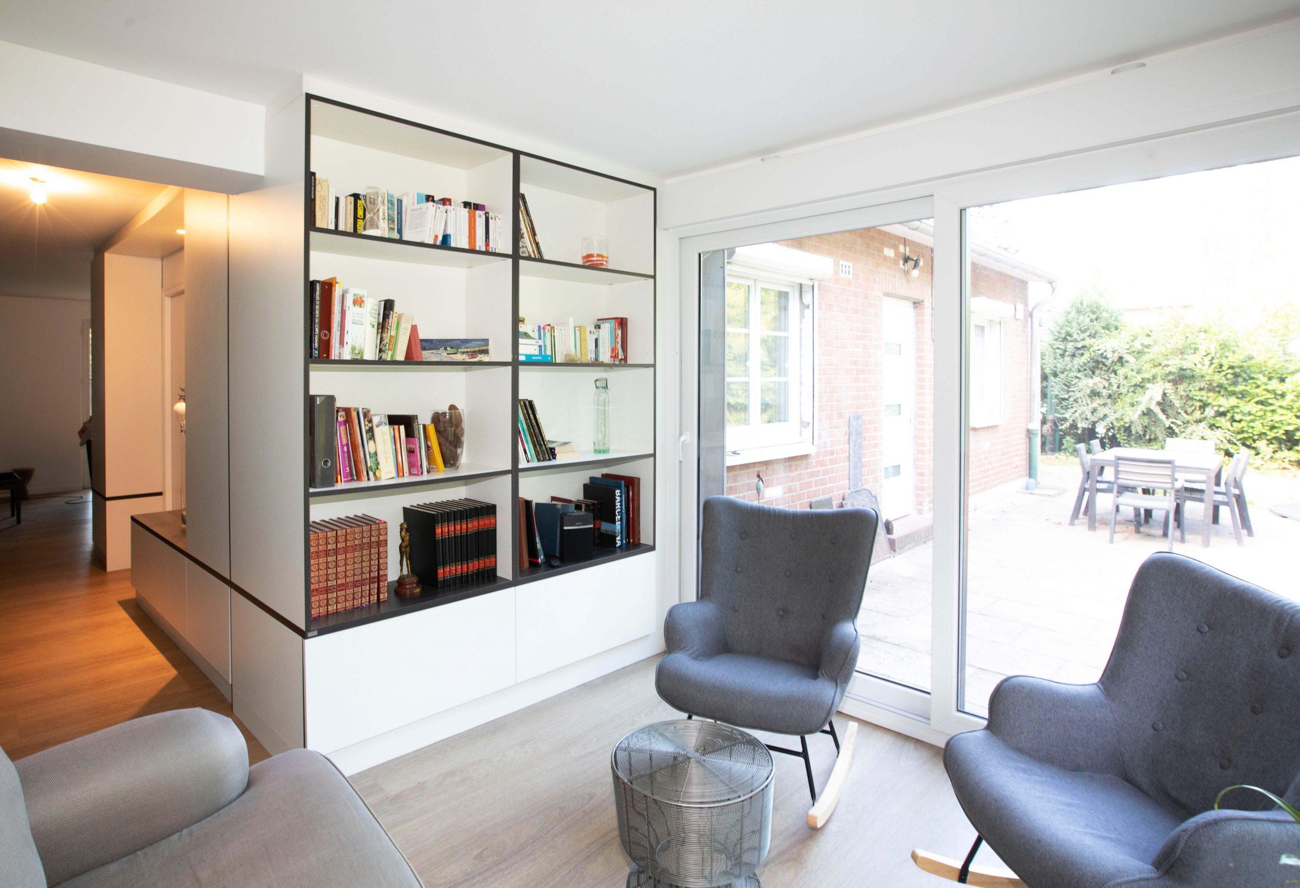 La nouvelle bibliothèque, des fauteuils et l'accès à une nouvelle terrasse, tels que dessinés par les architectes.