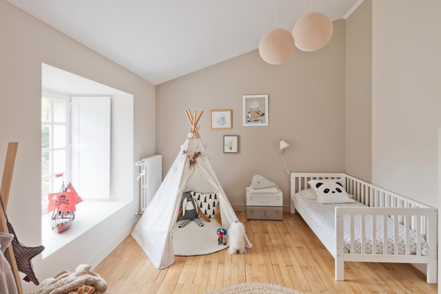 """Chambre d'enfant rénové par un architecte près de Nantes, avec une tente tipi et des tons """"crème"""""""